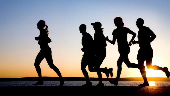 gente corriendo atardecer