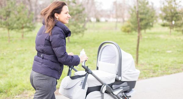 madre paseando