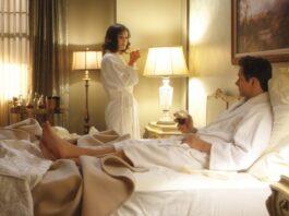 Mujer y hombre en habitacion de hotel
