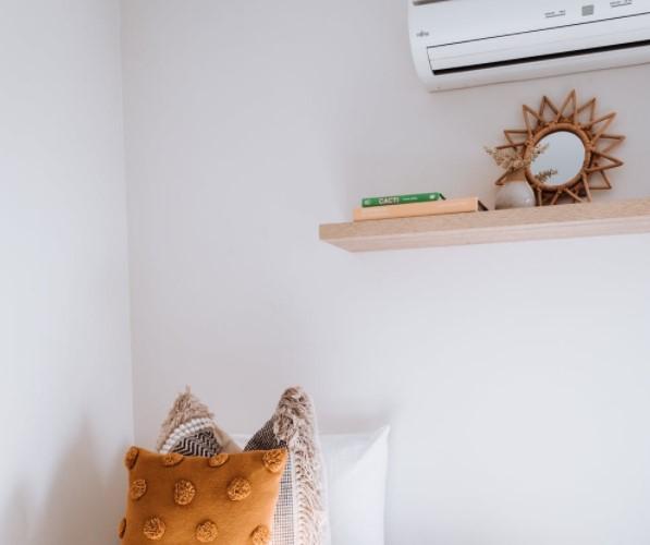 Pared con estanteria y aire acondicionado