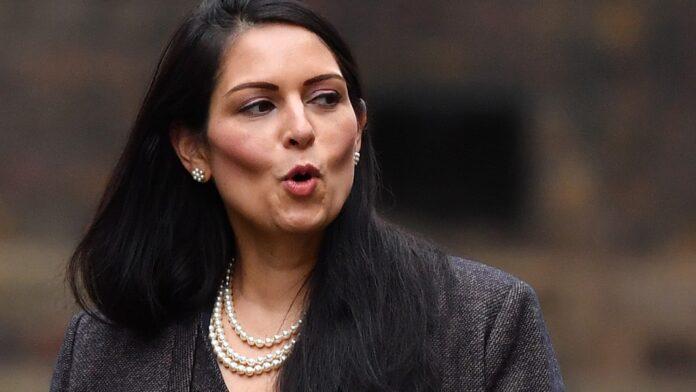 Víctima británica de trata de personas demanda a Priti Patel por presunto