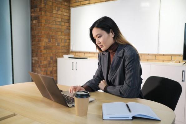 Mujer trabajando desde portatil