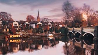 Viejo puente sobre el río Wey en Weybridge, Surrey